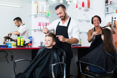 美发师男孩的切口头发沙龙的 免版税库存照片