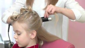 美发师的逗人喜爱的小女孩 影视素材