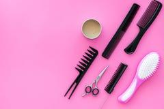 美发师美发师的梳子桃红色背景顶视图大模型的 免版税库存照片