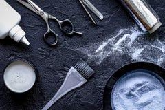 美发师行业精选在黑暗的背景的头发颜色 库存图片