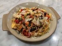 美发师食物,自创意大利面团意粉三文鱼大蒜蘑菇上面用剁荷兰芹在餐馆 健康的食物 意大利foo 库存图片