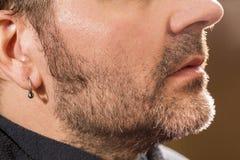 美发师,切开胡子在她的工作地点 免版税库存图片