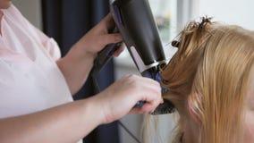 美发师,当切开干毛发客户时 做理发的美发师特写镜头对有剪刀的妇女在美发店 股票视频