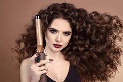 美发师 卷发 美丽的深色的妇女画象与 免版税库存图片