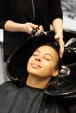 美发师洗涤的头发 库存图片