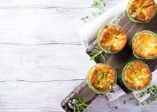 美味切达干酪和韭葱微型乳蛋饼 免版税库存图片