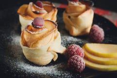 美味和美丽的苹果玫瑰色油酥点心 库存照片