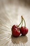 水多的三红色果子(樱桃或欧洲甜樱桃) 免版税库存照片