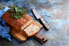 美味大面包蛋糕用乳酪、胡椒和鸡火腿 免版税库存图片