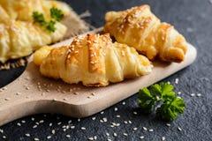 美味新月形面包充塞用瑞士干酪乳酪 库存照片