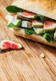 美味新近地被烘烤的卷用无花果和乳酪 免版税图库摄影