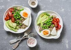 美味早餐五谷碗 平衡的菩萨碗用奎奴亚藜,鸡蛋,鲕梨,蕃茄,绿豆 健康饮食食物概念 名列前茅vi 库存照片
