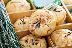 美味松饼用草本、蕃茄和火腿 图库摄影