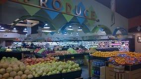美味的卖在超级市场的水果和蔬菜 库存照片