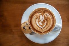 美味的咖啡拿铁用曲奇饼 免版税库存图片
