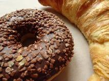 美味的新月形面包和巧克力多福饼 关闭 免版税库存图片