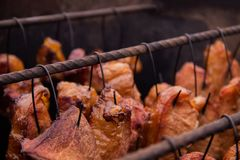 美味的猪肉牛排和肋骨在老时尚吸烟房抽烟了 库存照片