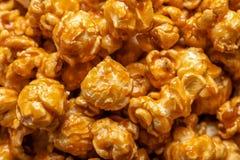 美味的玉米花用焦糖 库存照片
