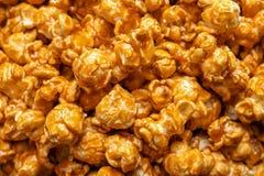 美味的玉米花用焦糖 免版税库存照片