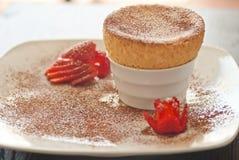 美味的蛋白牛奶酥用草莓 免版税库存图片