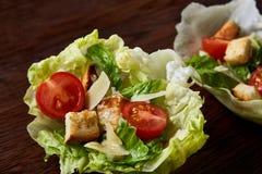 美味的顶视图结构的新鲜的健康沙拉在木桌上的莴苣叶子服务 免版税库存图片