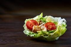 美味的顶视图结构的新鲜的健康沙拉在木桌上的莴苣叶子服务 图库摄影
