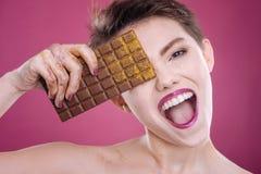 美味的高兴妇女holdigng巧克力块 库存图片