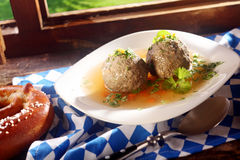 美味肝脏饺子用新鲜的荷兰芹 免版税库存图片