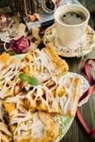 美味苹果和桃子饼 免版税库存图片
