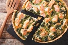美味食物:与三文鱼、菠菜和奶油特写镜头的被切的馅饼 图库摄影