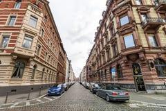 美因法,德国- 2017年11月12日:有老修造的狭窄的街道 库存照片