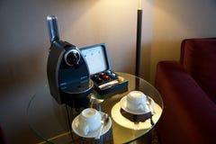 美因法,德国- 2017年7月8日, :做新鲜的浓咖啡的现代胶囊咖啡机器在一个豪华旅馆随员射击了 免版税库存图片