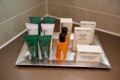 美因法,德国- 2017年7月7日, :阵雨礼节在一家豪华旅馆, A肥皂设置了、香波和身体化妆水 库存图片