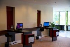 美因法,德国- 2017年6月25日, :与计算机互联网打印机服务的商业中心,两个人计算机在豪华希尔顿饭店中 免版税库存图片