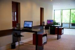 美因法,德国- 2017年6月25日, :与计算机互联网打印机服务的商业中心,两个人计算机在豪华希尔顿饭店中 库存图片