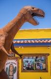 美国、亚利桑那28,06,2016恐龙和其他金属形象打开 免版税库存照片