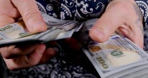 美国一一百美元票据在手中 股票录像