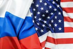 美国下垂和俄罗斯旗子 免版税图库摄影