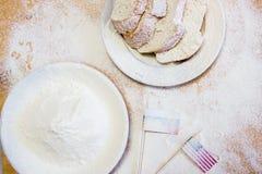 美国下垂和在桌上的俄罗斯旗子闪烁用小麦面粉 库存图片