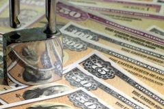 美国与挂锁的储蓄公债-金融证券概念 图库摄影