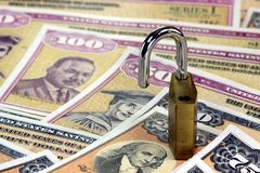 美国与挂锁的储蓄公债-金融证券概念 库存图片