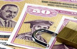 美国与挂锁的储蓄公债-金融证券概念 免版税库存图片