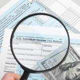 美国与放大镜-一对一比率的报税表1040 库存图片