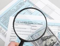 美国与放大镜-演播室射击的报税表1040 免版税库存图片