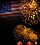 美国与烟花7月Independense天o第4的旗子背景  免版税图库摄影