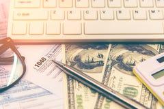 美国与笔和计算器的报税表1040 报税表法律文件美国白色数学 免版税库存图片