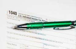 美国与笔和计算器的报税表1040 报税表法律文件, 免版税图库摄影