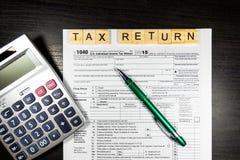 美国与笔和计算器的报税表1040 报税表法律文件 库存图片