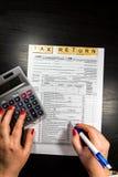 美国与笔和计算器的报税表1040 报税表法律文件 免版税图库摄影