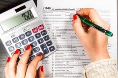 美国与笔和计算器的报税表1040 报税表法律文件 库存照片